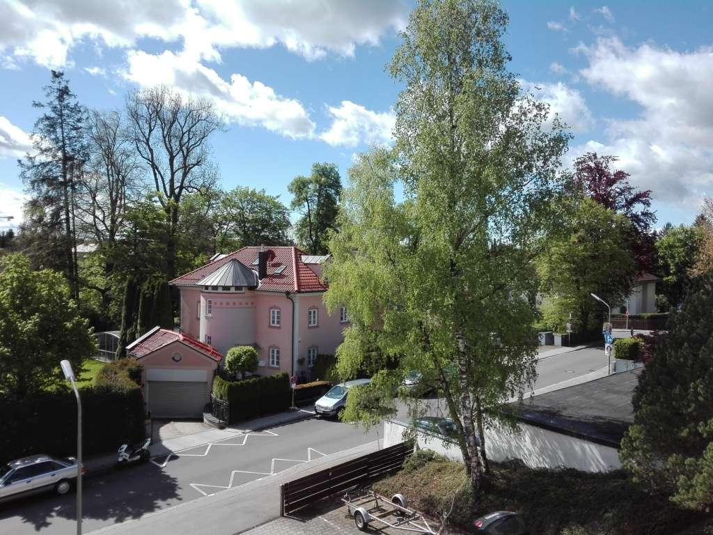Familienfreundliche, barrierefreie 3-Zimmer-Wohnung mit Balkon und Einbauküche in Krailling