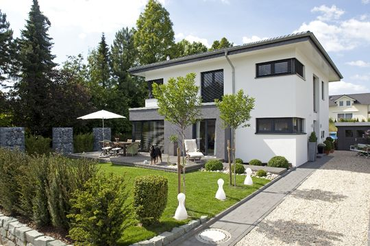 Haus freiberger eine schicke villa mit modernem anbau for Gartengestaltung villa