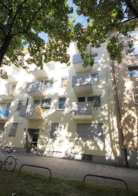 Exklusive, modernisierte 3-Zimmer-Hochparterre-Wohnung mit Balkon und EBK in Neuhausen, München in Neuhausen (München)