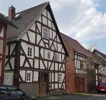 Historisches Fachwerkhaus mit freistehender Scheune