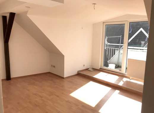 Wohnen in der Fußgängerzone! Schöne, helle 2-Zimmer-Dachgeschosswohnung mit Balkon ab sofort mieten!