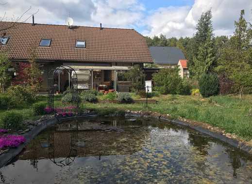 DHH mit Teich und großem Garten