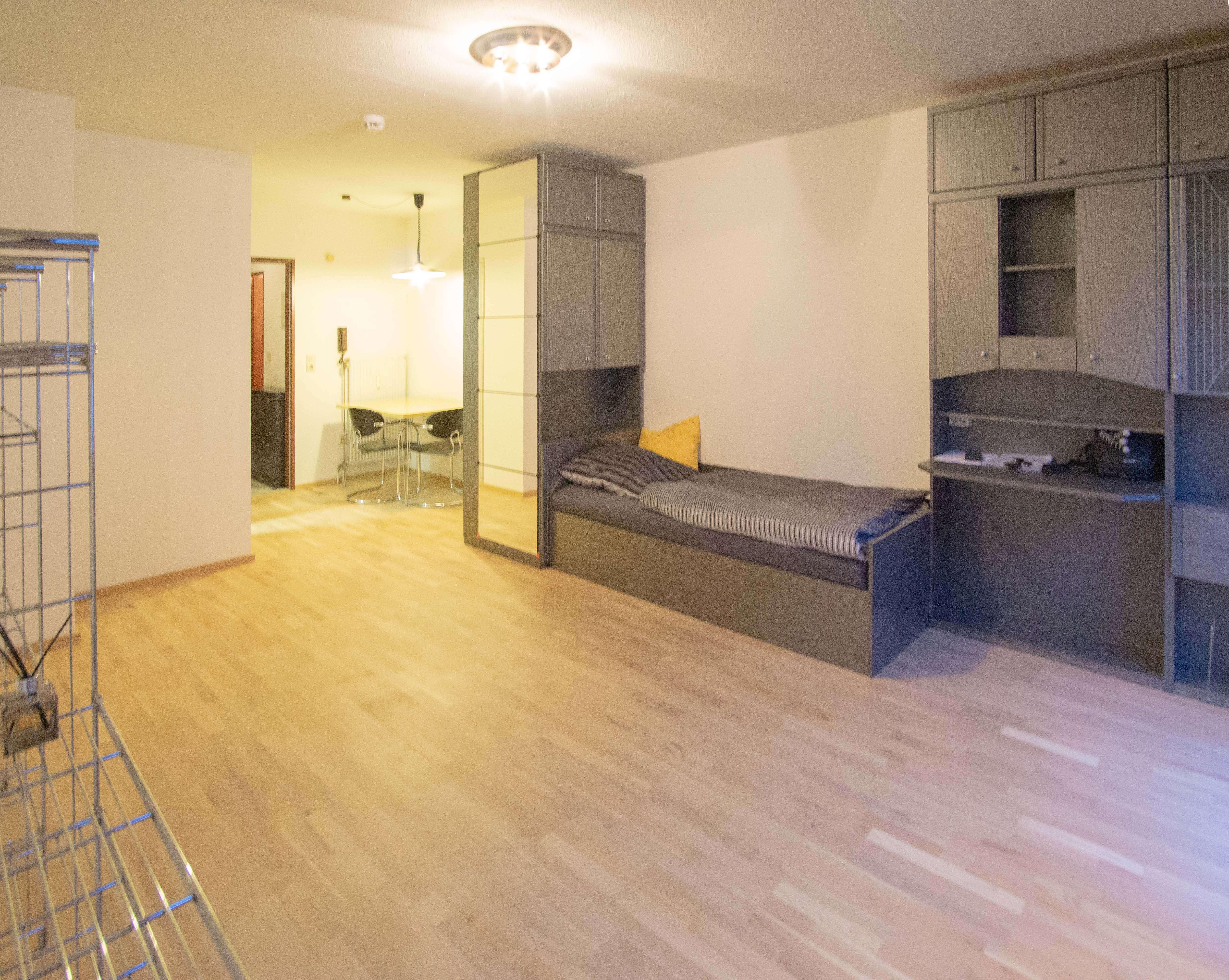 Offene, voll möblierte 1-Zimmer Wohnung mit Balkon zu vermieten!