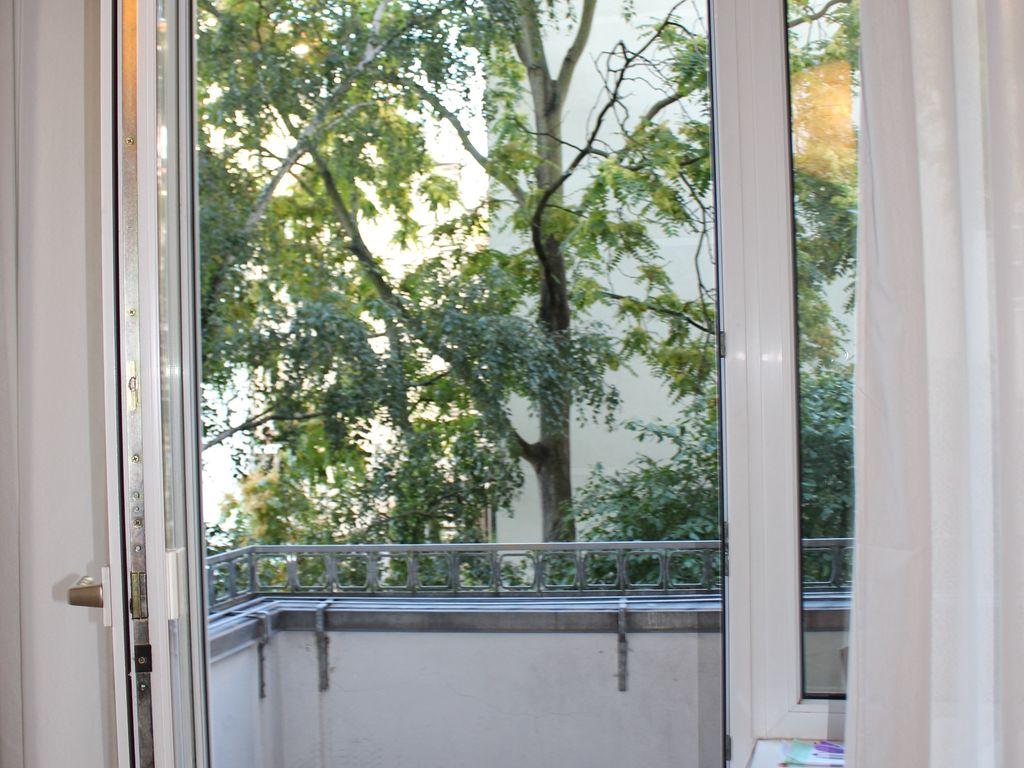 Balkon zum grünen Hof