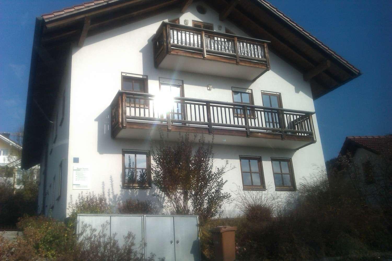 Helle 2 Zimmer-Wohnung, 1.OG mit Einbaucküche, 2 Balkone, Abstell-Keller-Wäscheraum in Bernried (Deggendorf)