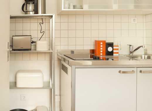 NÄHE UNI. Unterer Grifflenberg, 1 Zi., sep. Küche inkl. Single EBK, Duschbad und Gartennutzung.