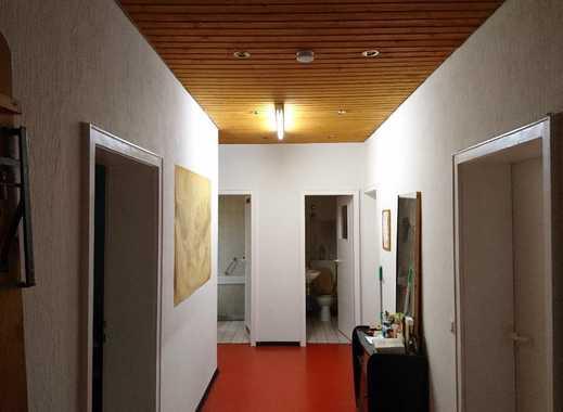Jederzeit beziehbar: Teilmöbliertes, helles und großes Zimmer in zentraler Lage