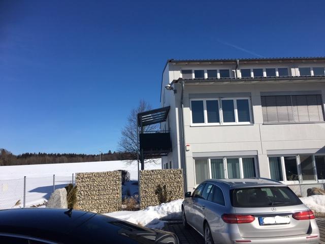 Gepflegte und ruhige 2-Zimmer-DG WHG mit EBK auf Gewerbegrundstück in Hohenlinden