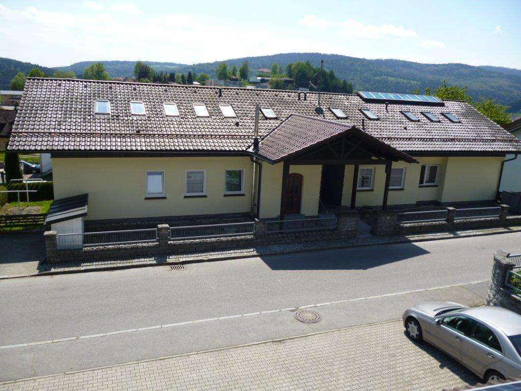 Möblierte 2-Zimmer-Dachgeschosswohnung mit Balkon und Einbauküche in Schönberg in Schönberg (Freyung-Grafenau)