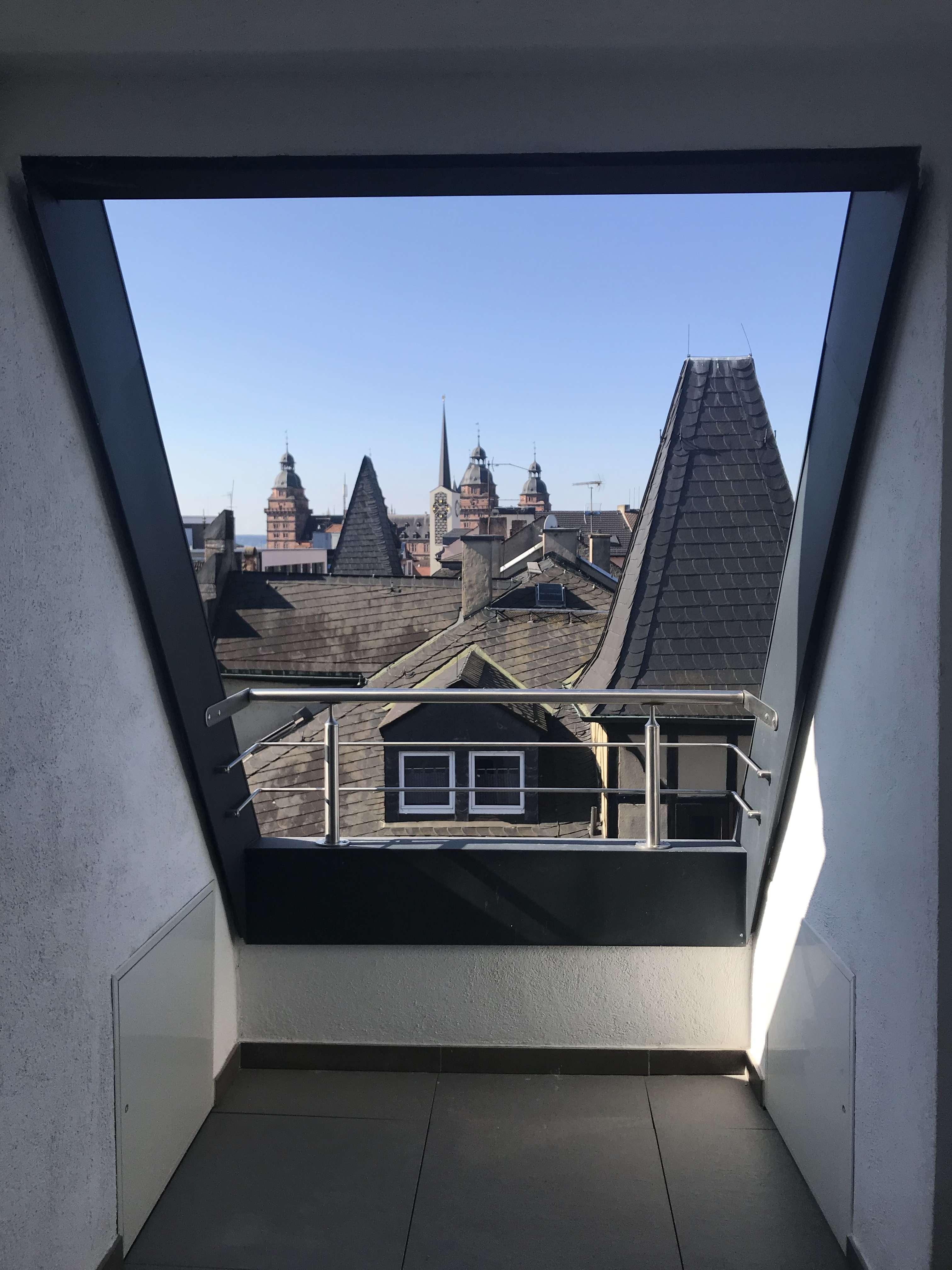 **Erstbezug nach Sanierung** mit Balkon und Schlossblick: freundliche 3-Zimmer-DG in Aschaffenburg in Stadtmitte (Aschaffenburg)