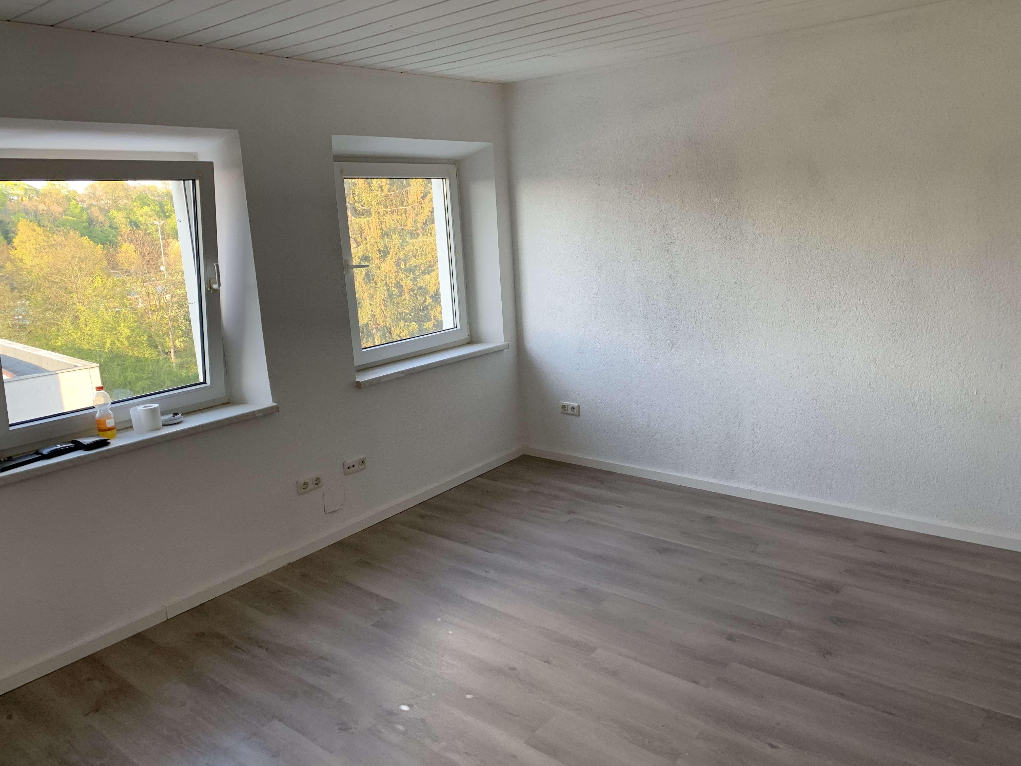- - - Top SANIERTE 2-Zimmer-Wohnung in Hof inkl. neuer EINBAUKÜCHE - - - in