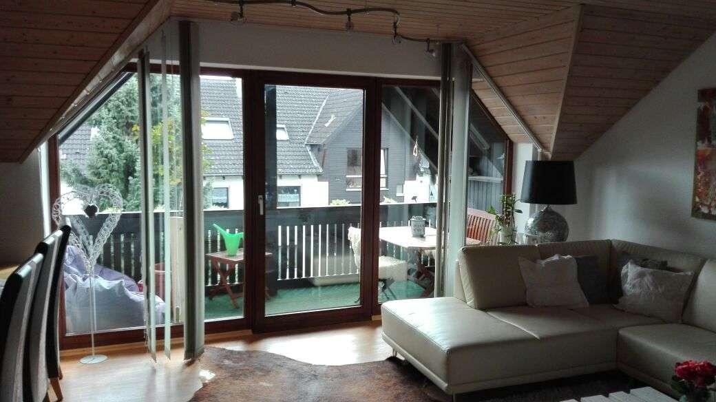 Gepflegte 2-Zimmer-Dachgeschosswohnung mit Balkon und Einbauküche in Gersthofen
