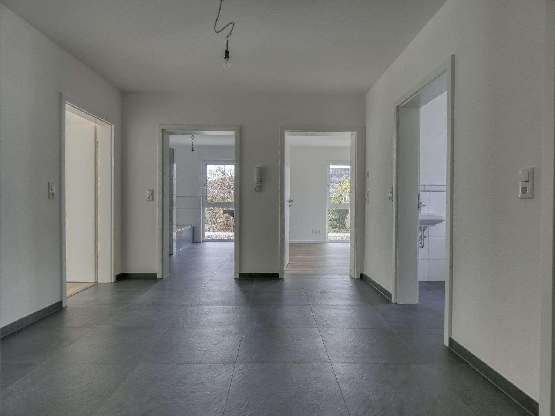 NEUBAU IN HALLSTADT - Traumhafte 3-Zimmer EG Wohnung mit Terrasse und Garten in ruhiger Lage in