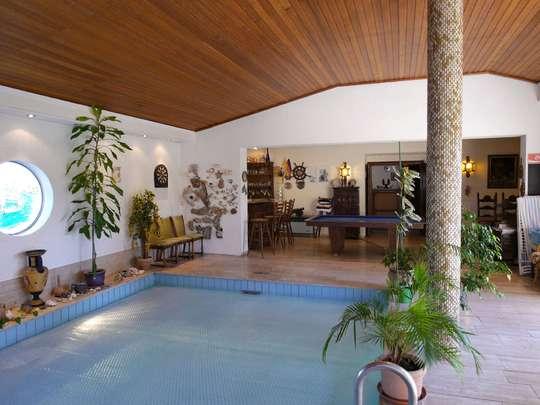 Einladendes Wohnhaus mit großer Schwimmhalle - Bild 7
