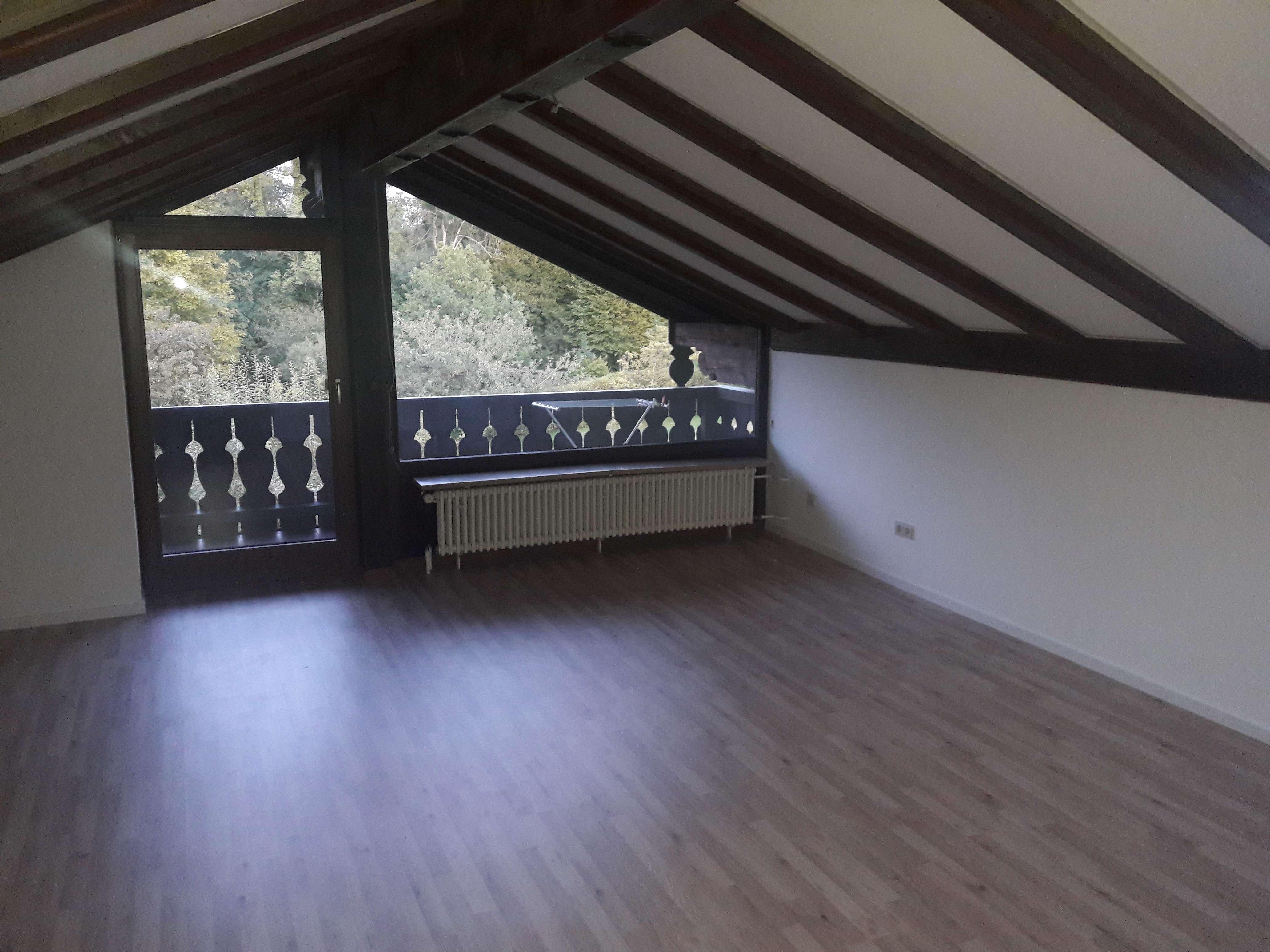 Gepflegte 2-Zimmer-Dachgeschosswohnung mit Balkon und Einbauküche in Bernried in Bernried am Starnberger See