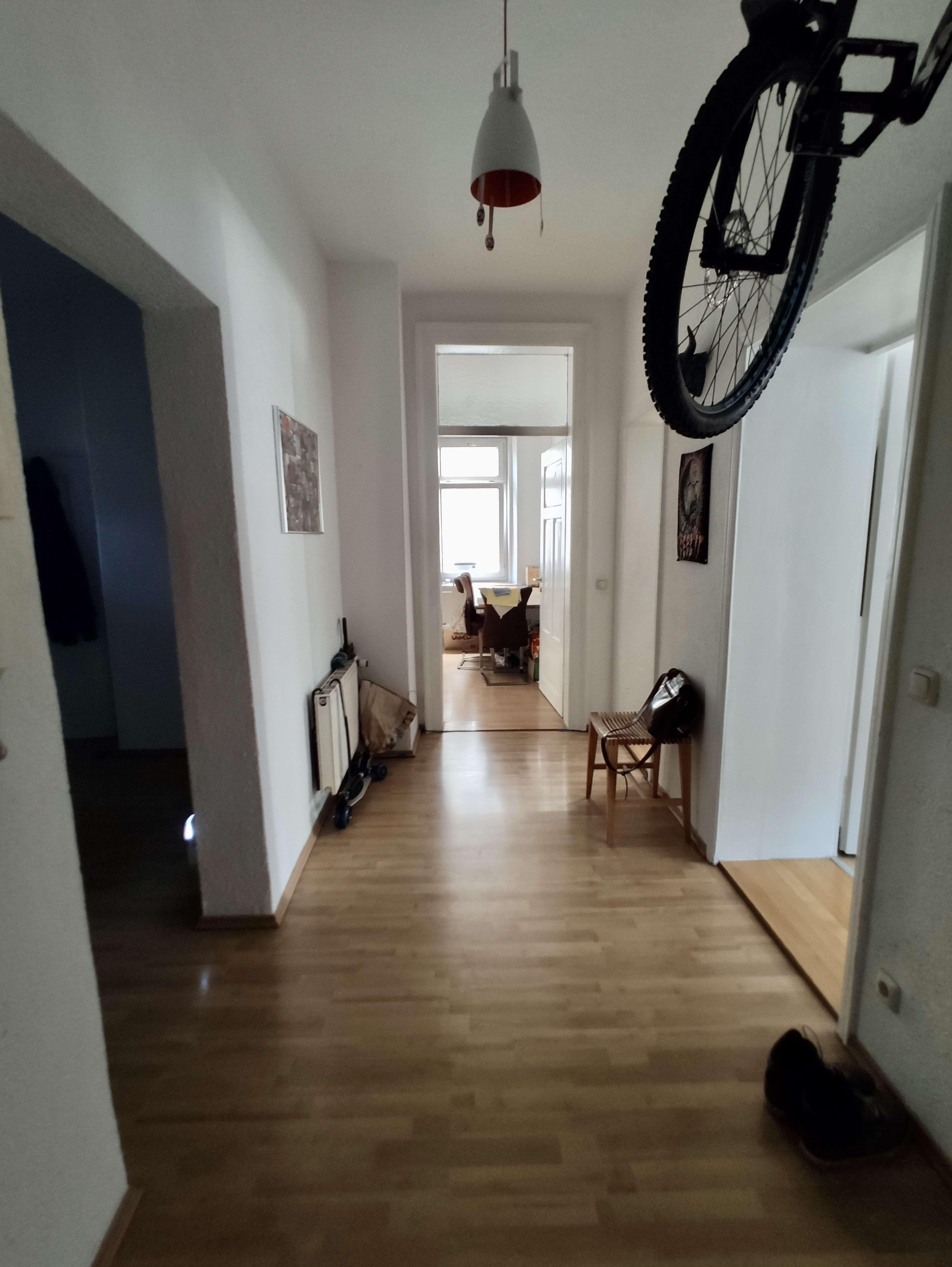 Helle 3-Zimmer-Altbauwohnung mit hohen Decken und moderner Einbauküche in