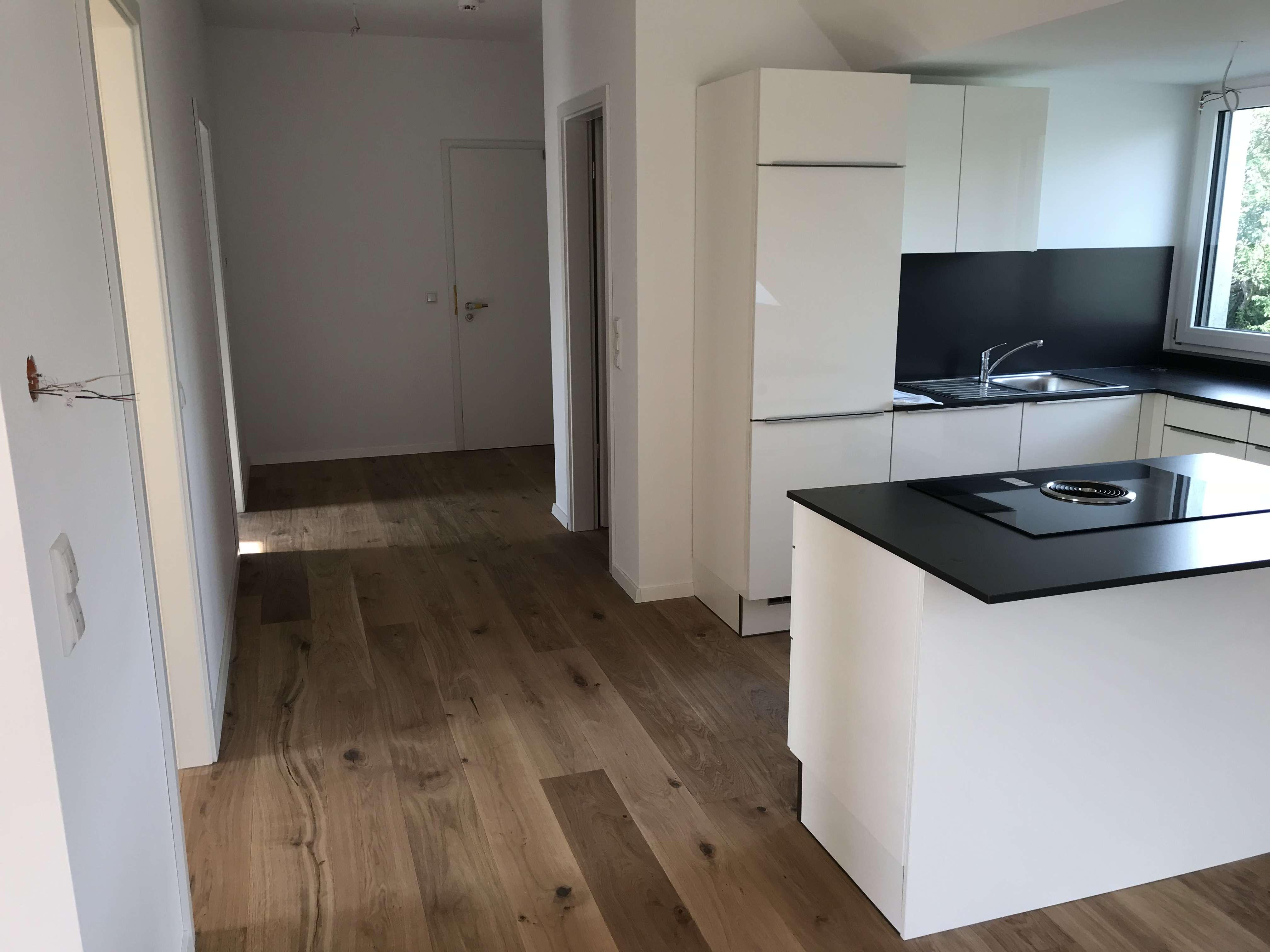 Stilvolle, geräumige und neuwertige 2-Zimmer-Dachgeschosswohnung mit Balkonund EBK in Höchberg in