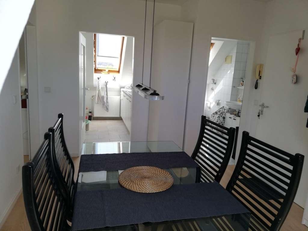 Voll möblierte DG-Wohnung mit 2,5 Räumen und EBK in
