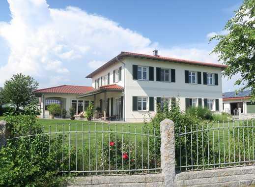 Deggendorf: Herrschaftl. Villa m. Nebengebäude und 4 Garagen in unverbauter Ortsrandlage!