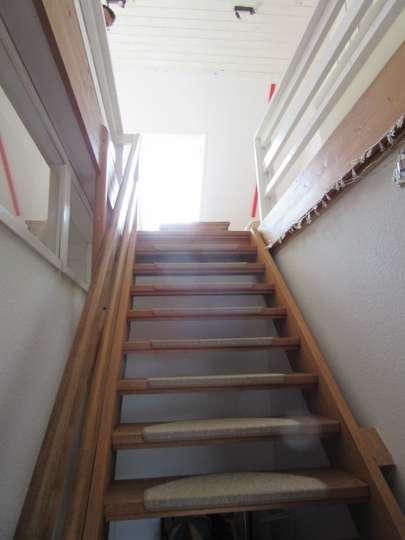Holztreppe mit Handlauf