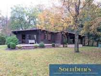 Kleines Holzhaus im Grünen