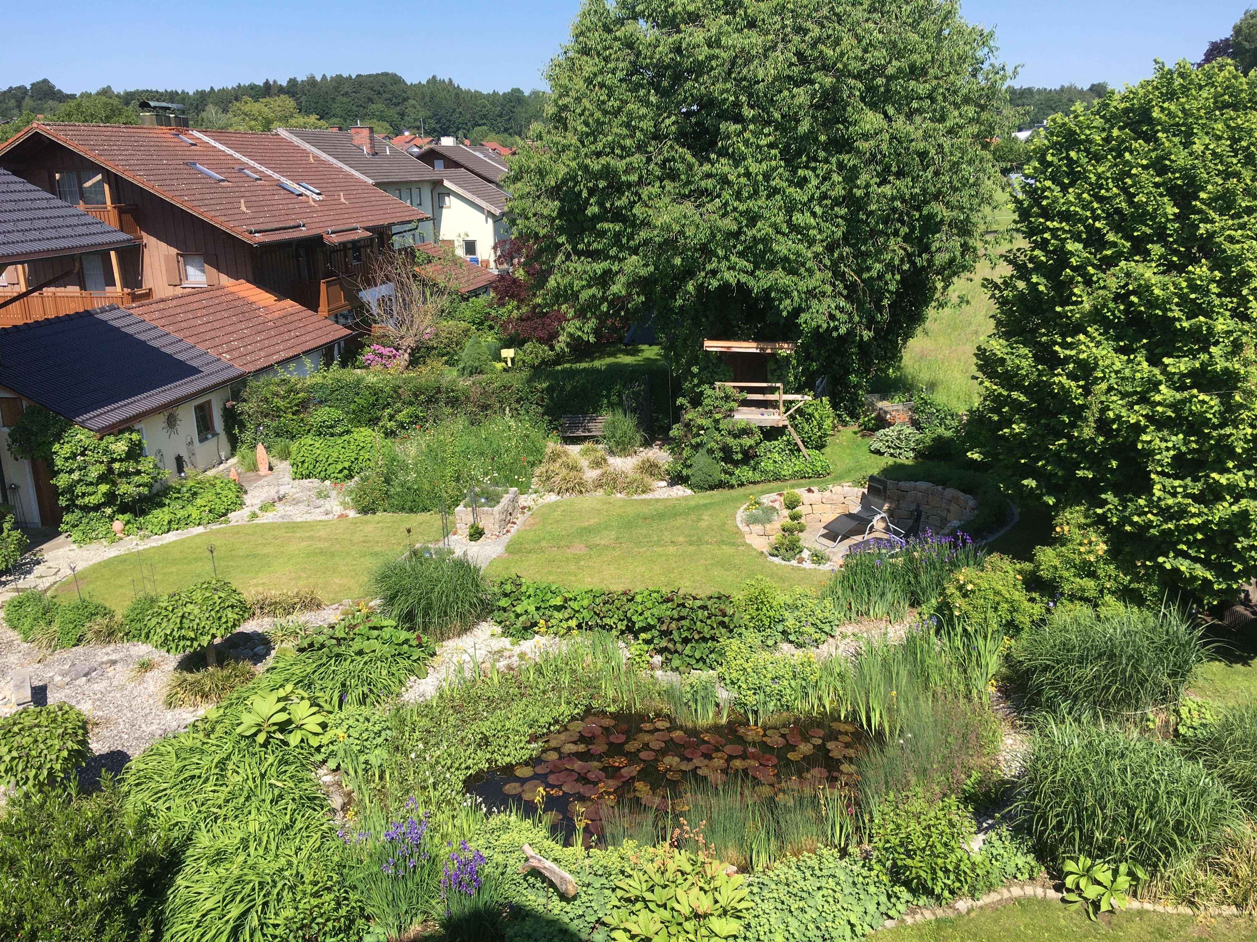 Neuwertige 3-Zimmer-Dachgeschosswohnung mit Balkon und Einbauküche in Saaldorf-Surheim in