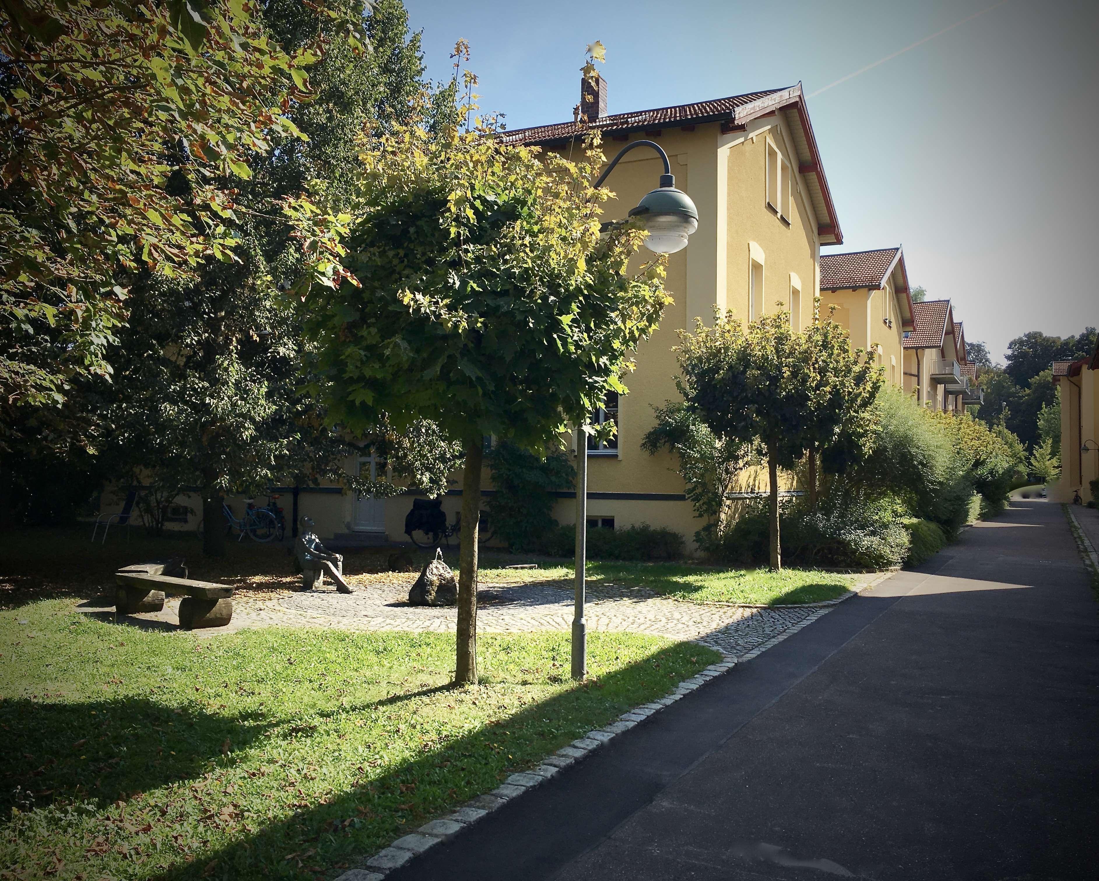 komplett möblierte, sehr ruhige Erdgeschosswohnung, gr.Terrasse und Garten neben Hessingparkklinik in Göggingen