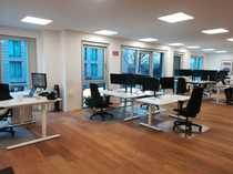 Moderner Büroraum voll ausgestattete Arbeitsplätze