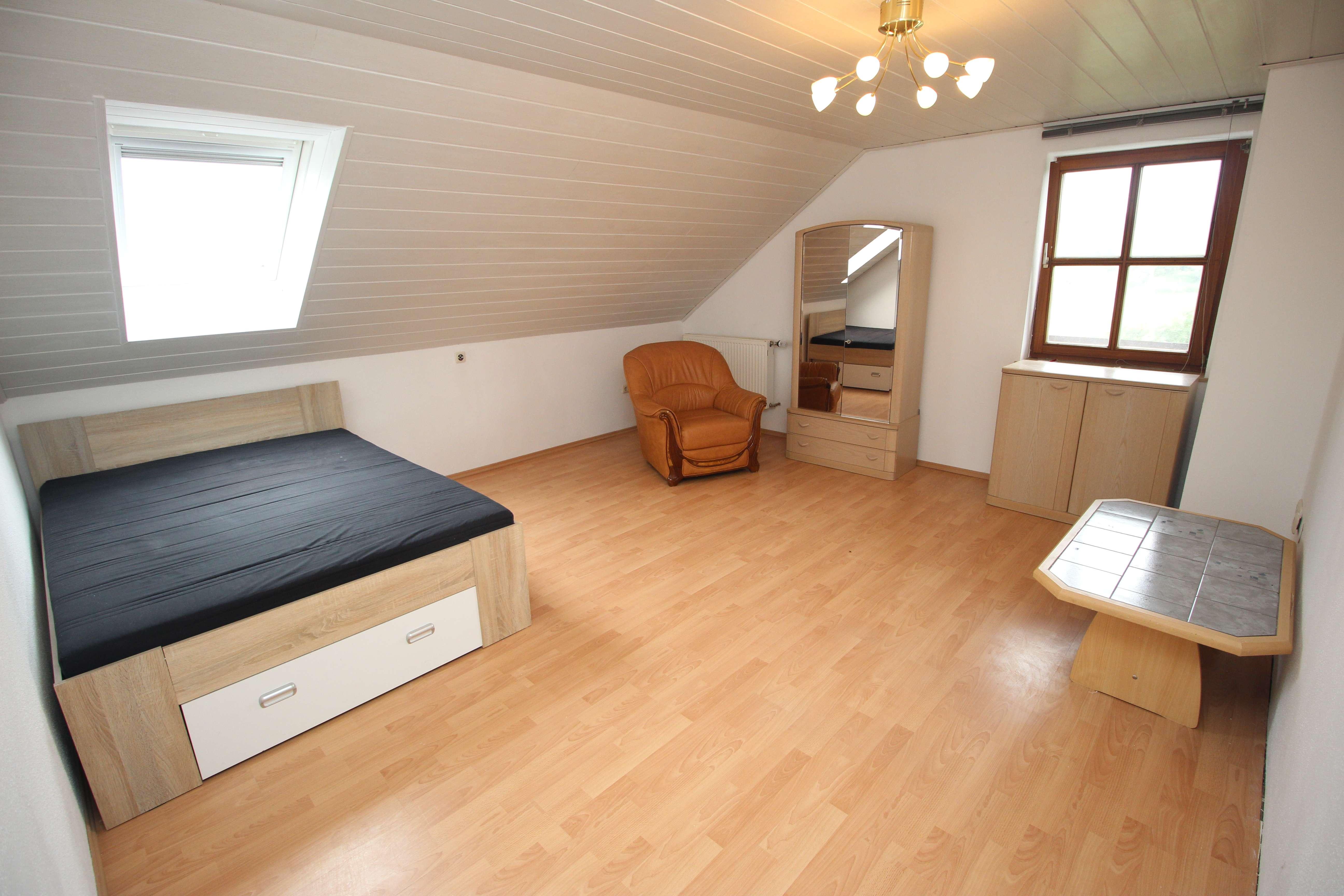 1 großzügiges, teilmöbliertes Zimmer in einer dreier Wohngemeinschaft zu vermieten! in