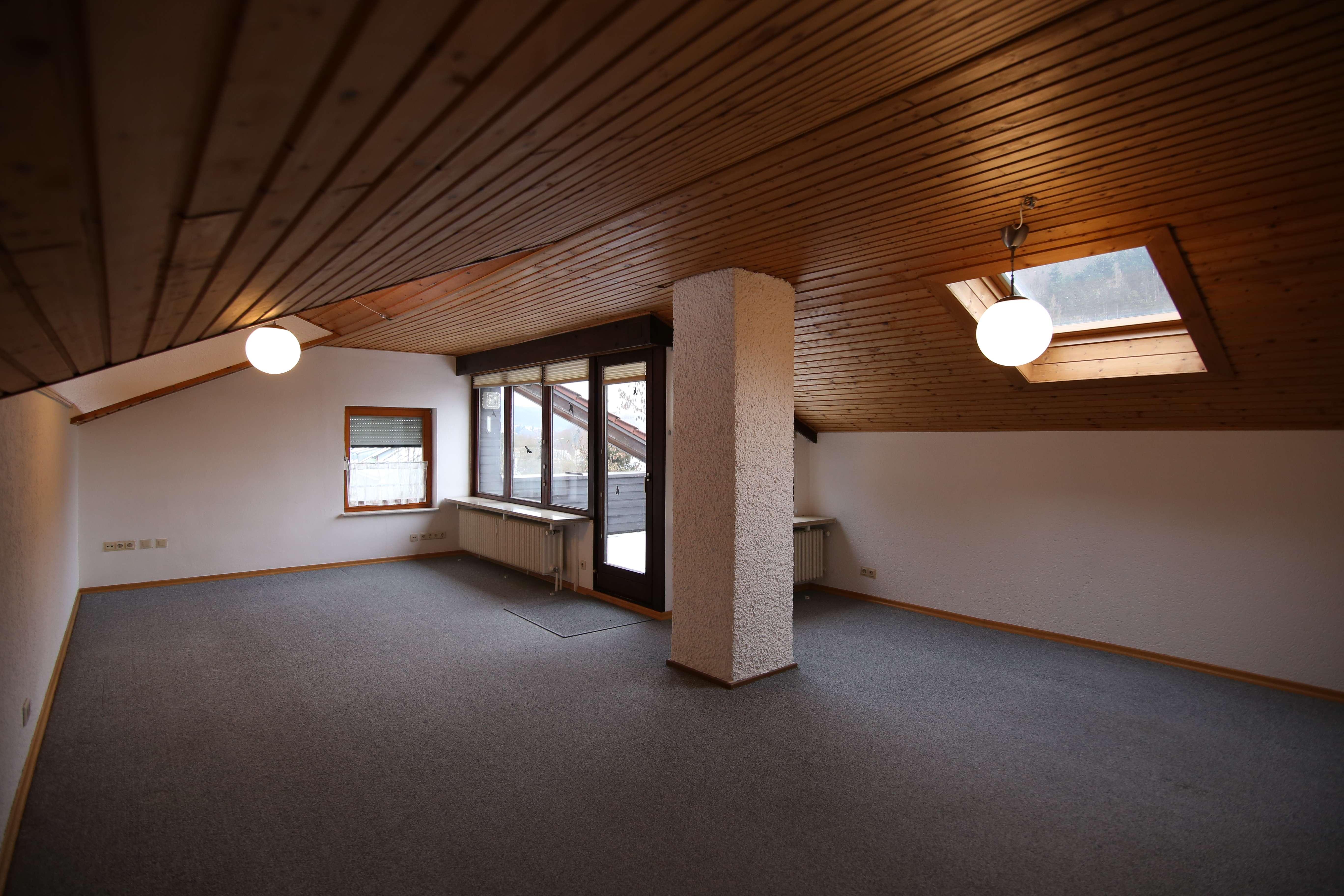 Günstige, geräumige und gepflegte 4-Zimmer-DG-Wohnung mit Balkon und Einbauküche in Riedenburg in Riedenburg