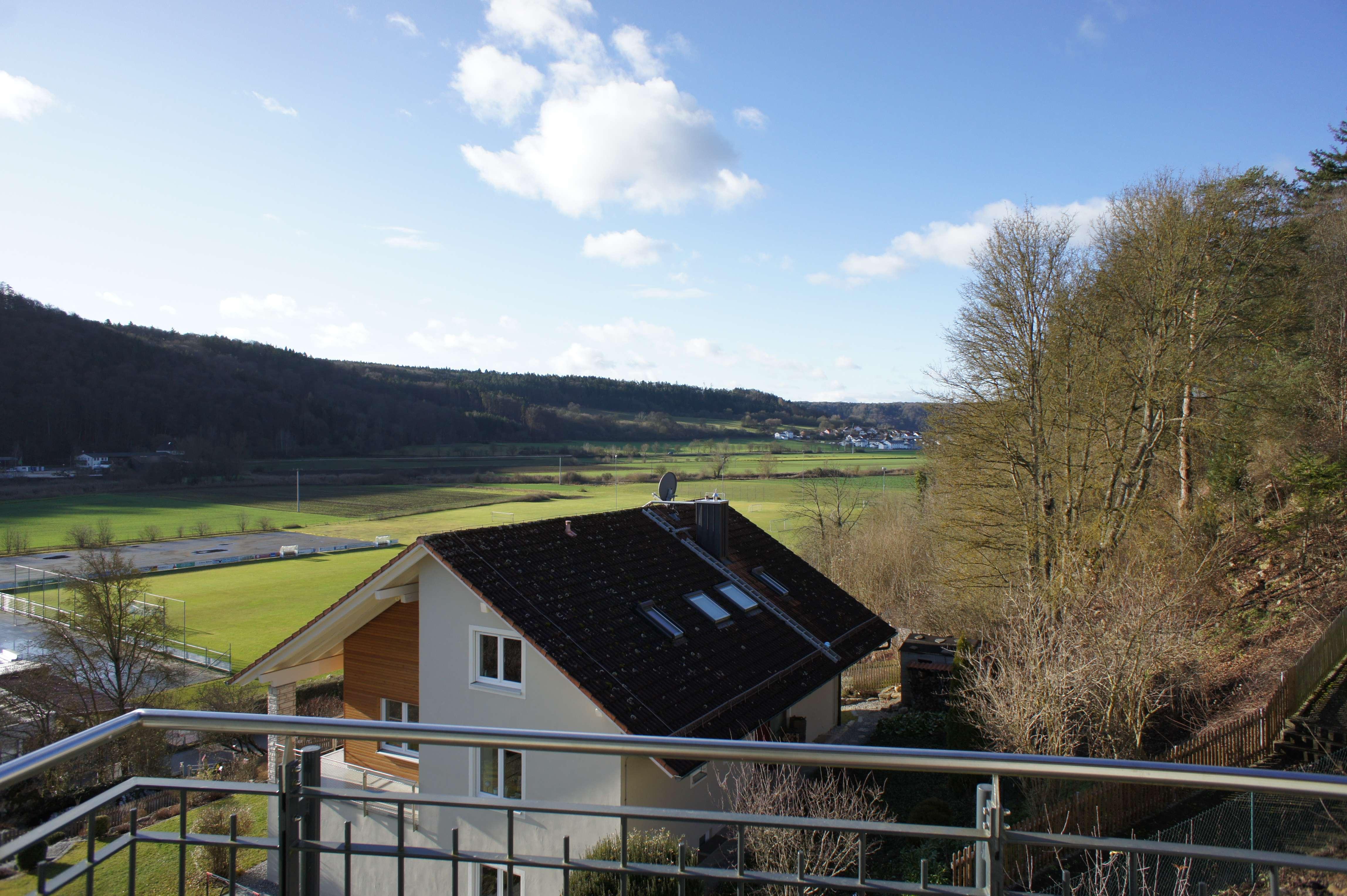 Panoramaaussicht vom Balkon aus der 6-Zimmer-DG-Wohnung ins Altmühltal in ruhiger, sonniger Umgebung in