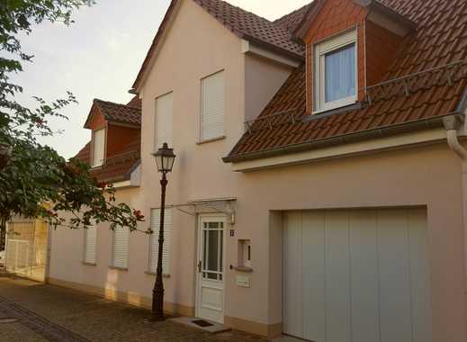 Stilvolles, neuwertiges Stadthaus mit Garage und Nebengebäude