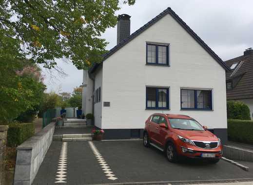 Ein Grundstück, zwei Häuser: Gepflegtes Einfamilienhaus mit einem freistehenden Gebäude im Bungalow