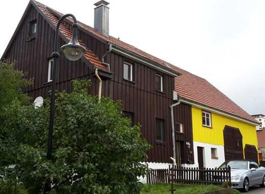 Bauernhaus mit landwirtschaftlicher Fläche in waldreicher Umgebung