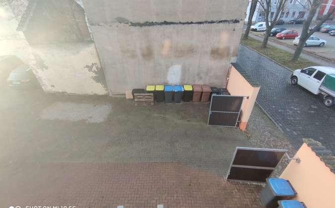 Hof mit Parkplätzen