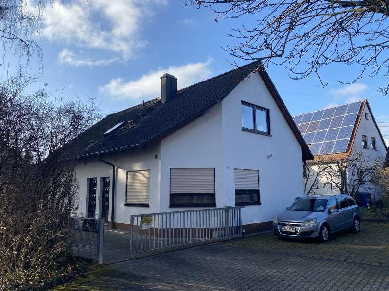 Helle und ruhige Dachgeschosswohnung mit EBK in Erlangen in