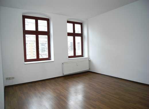 Ruhig und zentral! Helle Etagenwohnung mit Tageslichtbad, Laminat und Kellerabteil.
