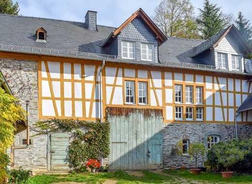 Romantische und großzügige Hofreite mit Nebengebäuden in Dauborn