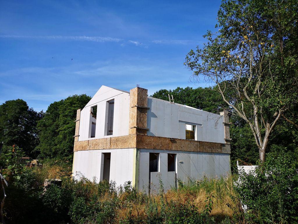 Baugrundstück mit Rohbau wartet auf kreativen Bauherren