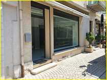 Ladenfläche mit großem Schaufenster in