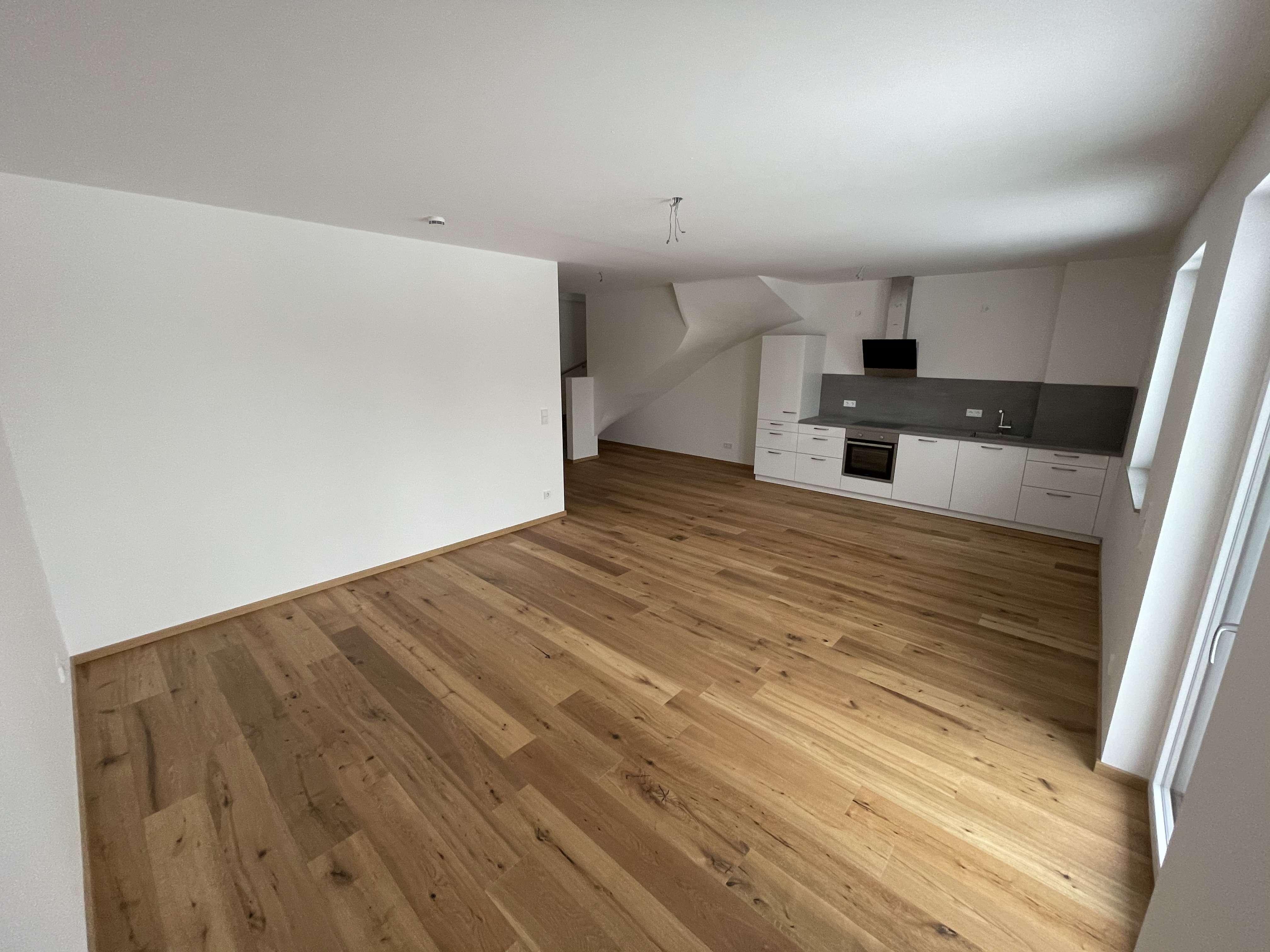 Erstbezug: attraktive 3-Zimmer-Maisonette-Wohnung mit Einbauküche und Balkon in Jesenwang in