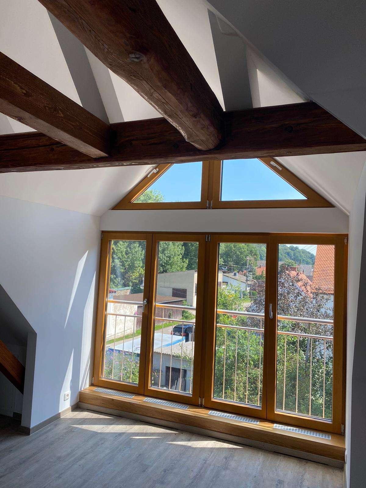 Erstbezug: schöne 1-Zimmer-Dachgeschosswohnung mit EBK und Balkon in Stätzling in
