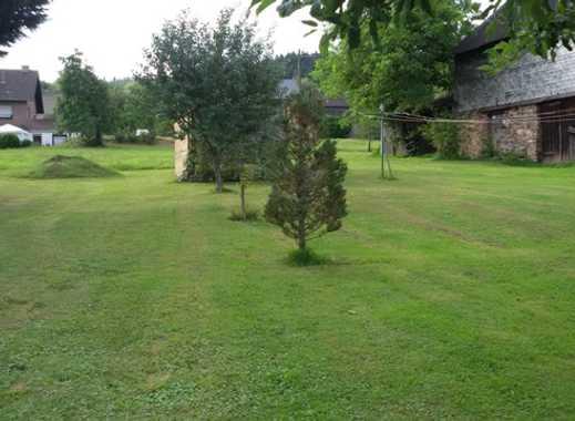 Bauernhaus mit Scheune und Hof - in natürlicher Umgebung