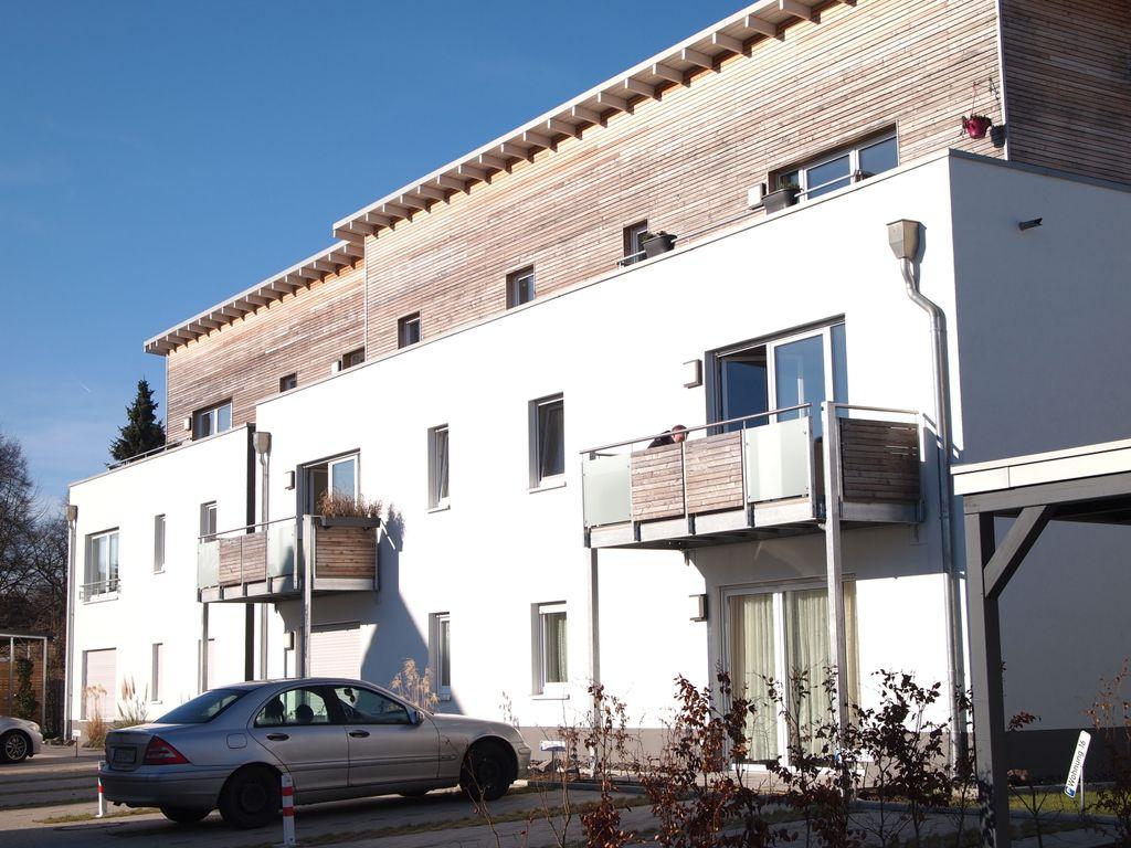Hausfront mit Dachterrasse