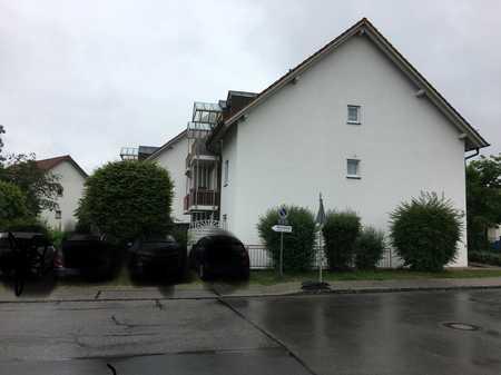 Vollständig renovierte DG-Wohnung mit drei Zimmern sowie Balkon und EBK in Altötting in Altötting