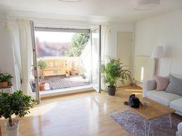moderne sehr gut aufgeteilte 2 zkb mit 22 qm gro em balkon und berdachtem stellplatz. Black Bedroom Furniture Sets. Home Design Ideas