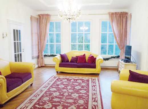 Wunderschöne Villa mit mehreren Balkonen und  Aussenpool in Hanglage Nähe Schloss