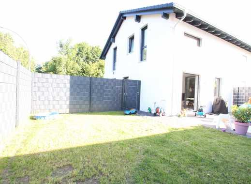 Moderne Doppelhaushälfte mit kleinem Garten!