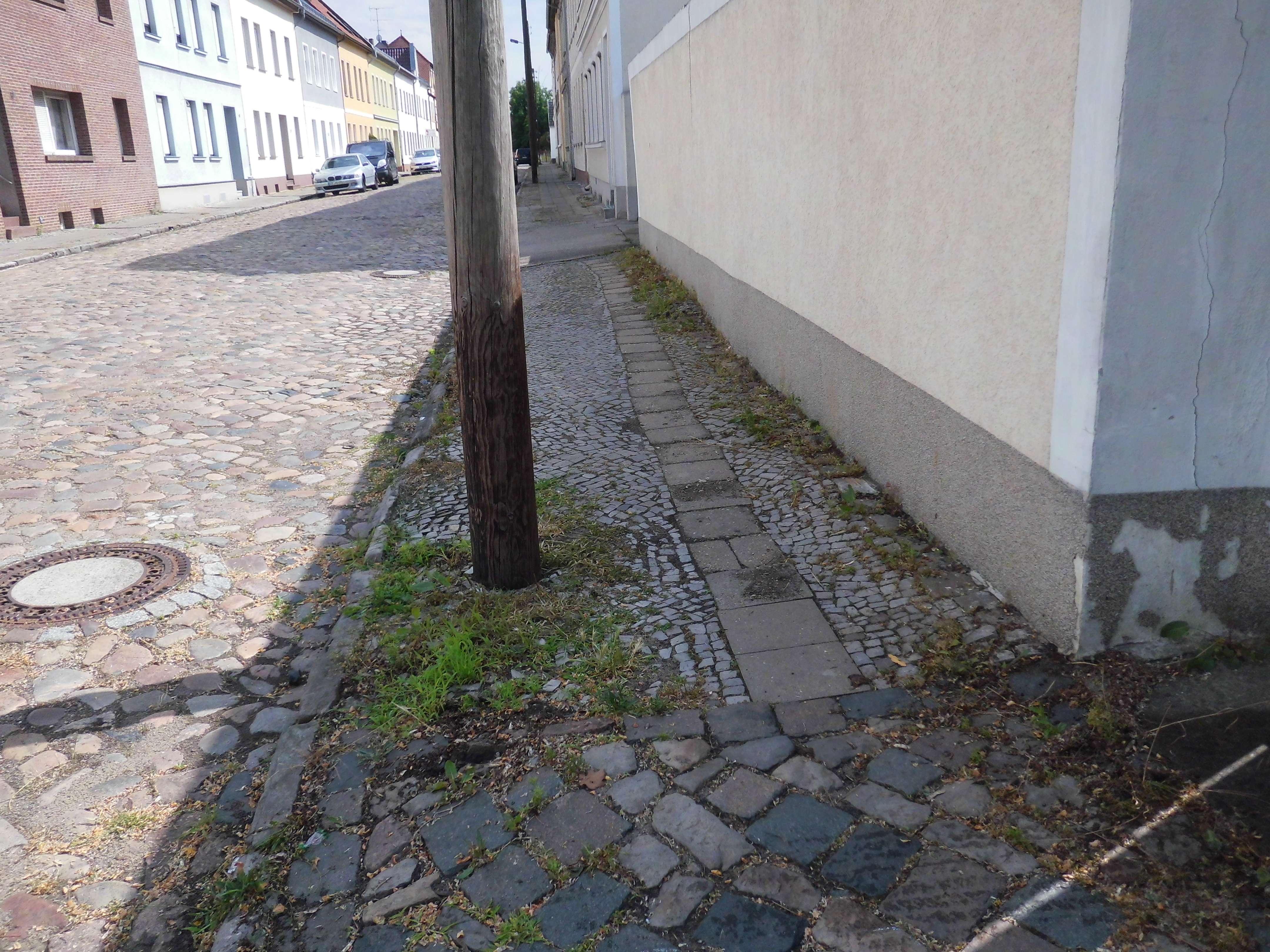 Fußweg Straßenseitig