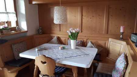 Gepflegte Dachgeschosswohnung mit dreieinhalb Zimmern sowie Balkon und Einbauküche in Marquartstein in Marquartstein
